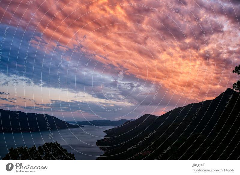 Sonnenbrandwolken Abendrot Wolken Himmel Stimmung blau gold schwarz Silhouette warm Außenaufnahme Meer Farbfoto Menschenleer Natur Wasser Dämmerung