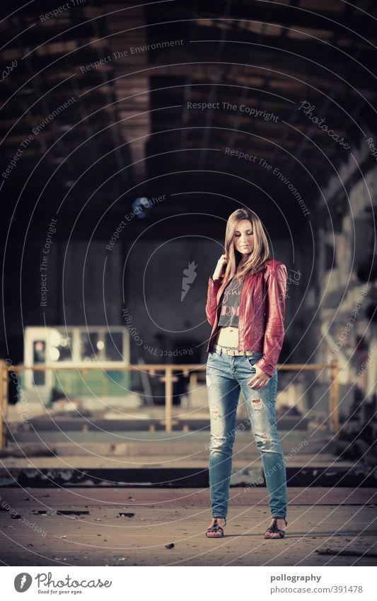 hold still Mensch feminin Junge Frau Jugendliche Erwachsene Leben Körper 1 18-30 Jahre Industrieanlage Fabrik Ruine Bauwerk T-Shirt Jeanshose Lederjacke