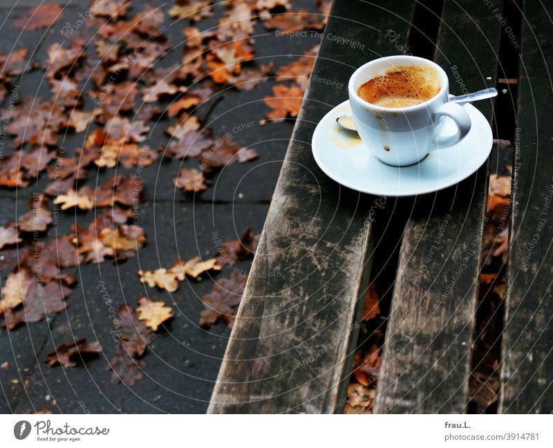 Straßencafé im Dezember 2020 Kaffeepause corvid-19 Corona Pandemie - Krankheit Lockdown Espressotasse Löffel Fußweg Blätter Kaffeetasse Getränk Tasse Bank