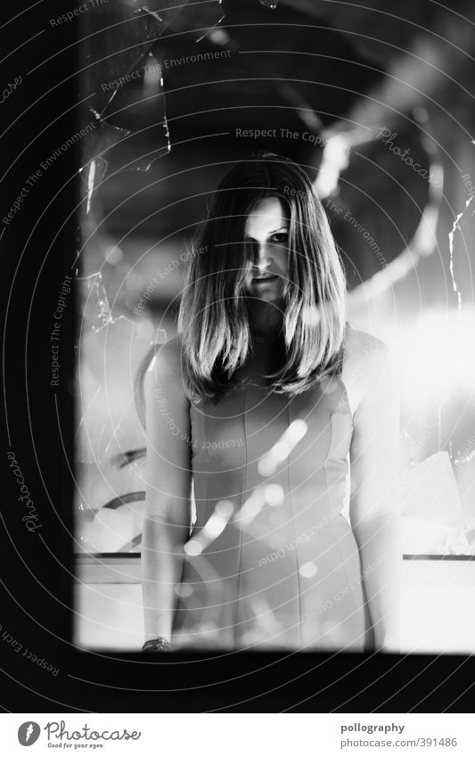 pollos horror picture show I Mensch Frau Jugendliche Junge Frau Erwachsene dunkel Fenster 18-30 Jahre Leben feminin Körper Angst Glas Kleid Todesangst böse