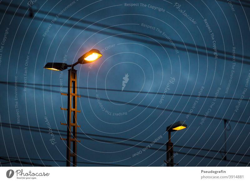 Nachts am Bahnhof Verkehr Stadt dunkel Abend Licht Beleuchtung Lampe Nachtaufnahme Elektrizität Menschenleer Himmel Farbfoto Außenaufnahme blau Eisenbahn