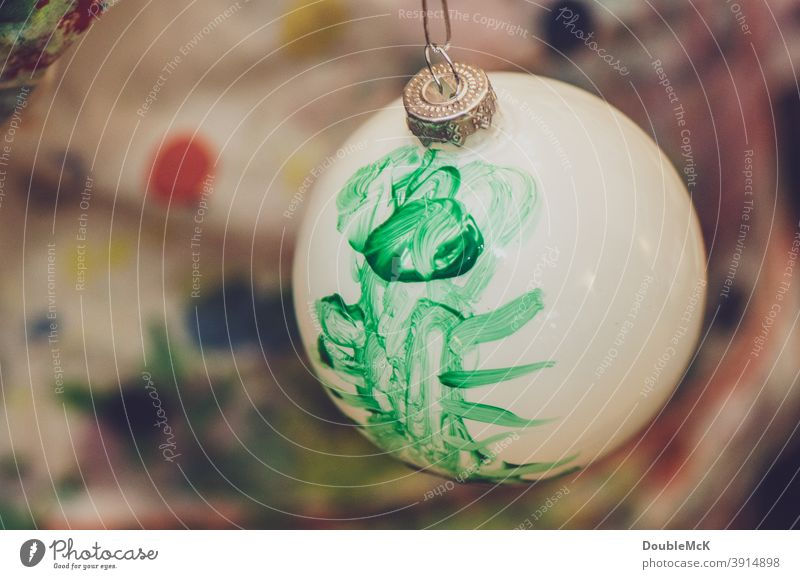Weiße Weihnachtskugel, die von einem Kind mit grüner Farbe selbst bemalt wurde weihnachtskugel Christbaumkugel Weihnachten & Advent Dekoration & Verzierung