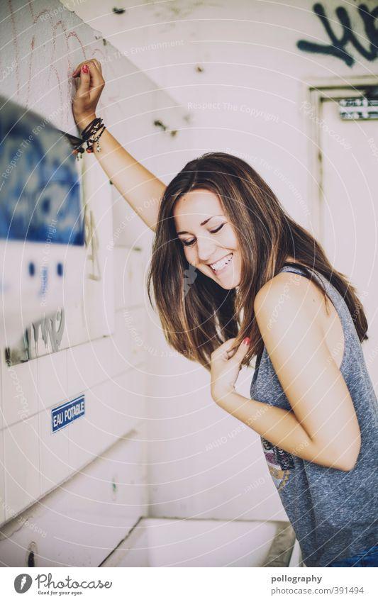 be natural III Mensch feminin Junge Frau Jugendliche Erwachsene Leben Körper 1 18-30 Jahre Mauer Wand Bad Spiegel Sanitäranlagen T-Shirt brünett langhaarig