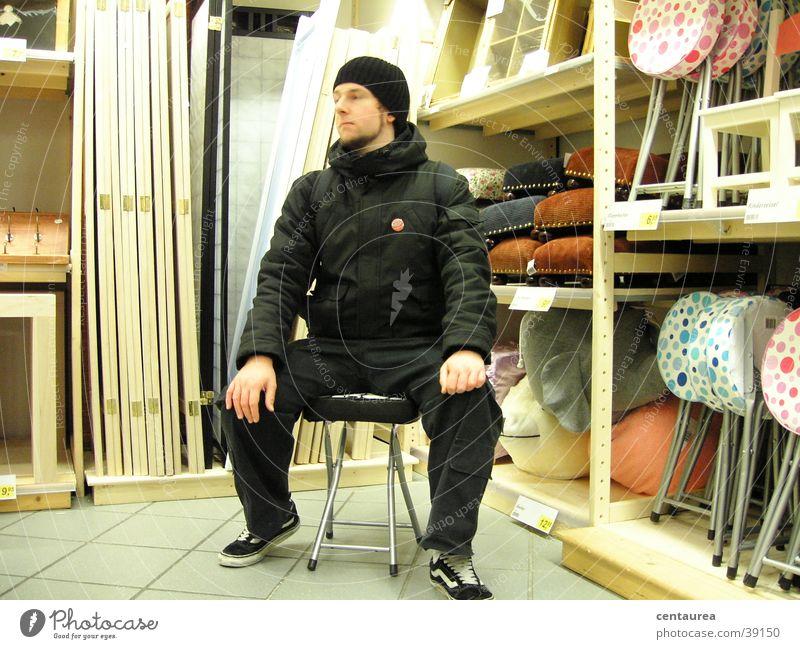 Einladung zum Sitzen kaufen Erholung ruhig maskulin Mann Erwachsene beobachten sitzen Traurigkeit Trauer Sehnsucht Einsamkeit bequem Stuhl ramschladen
