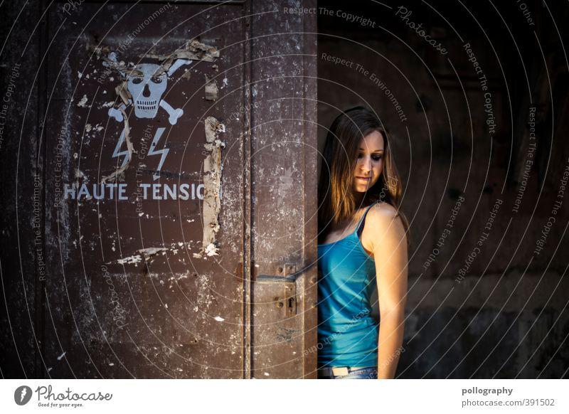 Vorsicht Gefahr! nicht wegschauen... Mensch Frau Jugendliche Einsamkeit Junge Frau Erwachsene 18-30 Jahre Leben feminin Traurigkeit Körper gefährlich Elektrizität T-Shirt Trauer Fabrik
