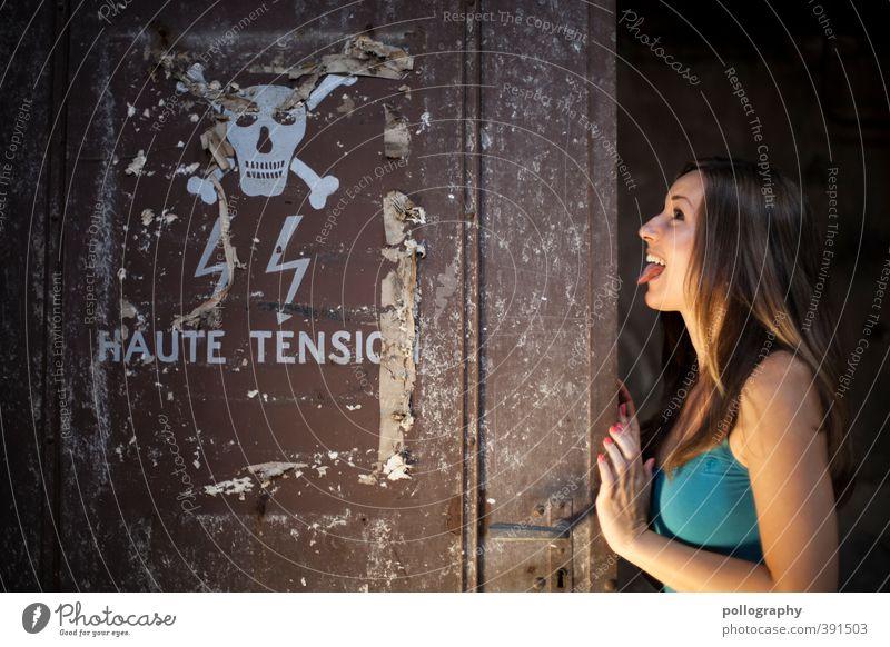 Lebensgefahr! :P Mensch Frau Jugendliche Freude Junge Frau Erwachsene 18-30 Jahre Leben Gefühle feminin Stimmung Körper Tür Schilder & Markierungen gefährlich Elektrizität
