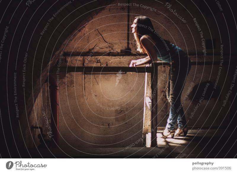 Erleuchtung III Mensch feminin Junge Frau Jugendliche Erwachsene Leben Körper 1 18-30 Jahre Sommer Schönes Wetter Fabrik Ruine Keller Kellergewölbe Mauer Wand