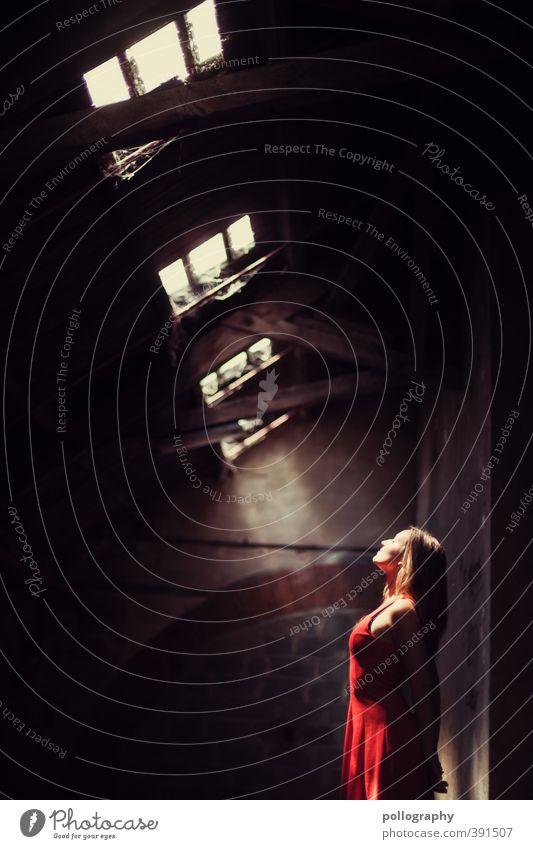 Erleuchtung II Mensch feminin Junge Frau Jugendliche Erwachsene Leben Körper 1 18-30 Jahre Industrieanlage Fabrik Keller Kellergewölbe Mauer Wand Fassade