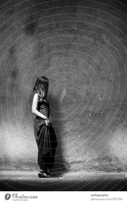 still there Mensch feminin Junge Frau Jugendliche Erwachsene Leben Körper 1 18-30 Jahre Bauwerk Keller Kellerwand Mauer Wand Fassade Mode Kleid Gefühle Stimmung