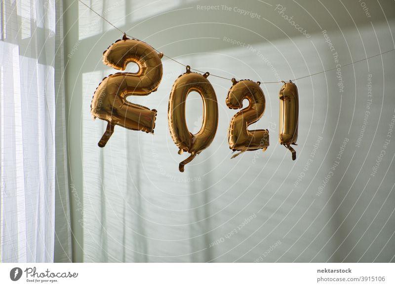 2021 Luftballons im Innenbereich aufhängen Neujahrsfest Wand Tag Tageslicht aufgeblasen Feier Dekoration & Verzierung Hintergrund Party natürliche Beleuchtung