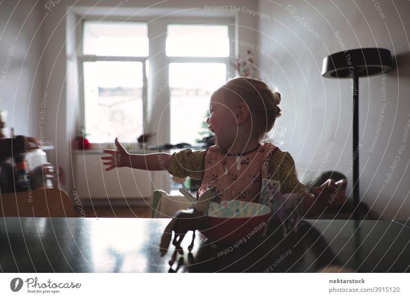 Baby-Mädchen weint vor dem Essen Schüssel weinen Hand Erreichen Tag Abfertigungsschalter Schalen & Schüsseln Lebensmittel mittlere Aufnahme 1 Mensch Kaukasier