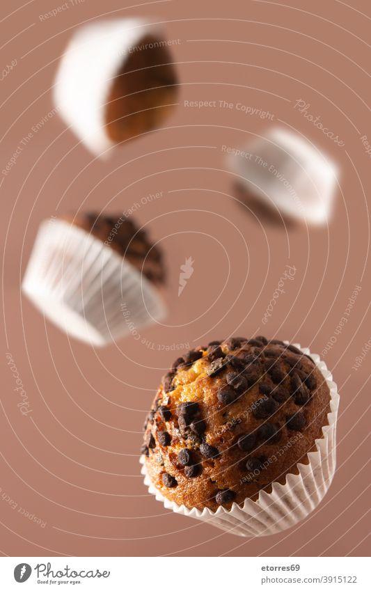 Fliegende Schokoladenmuffins Muffins Kuchen Cupcake Lebensmittel Dessert braun gebacken Frühstück Brunch Kakao lecker selbstgemacht vereinzelt Zucker süß Sahne