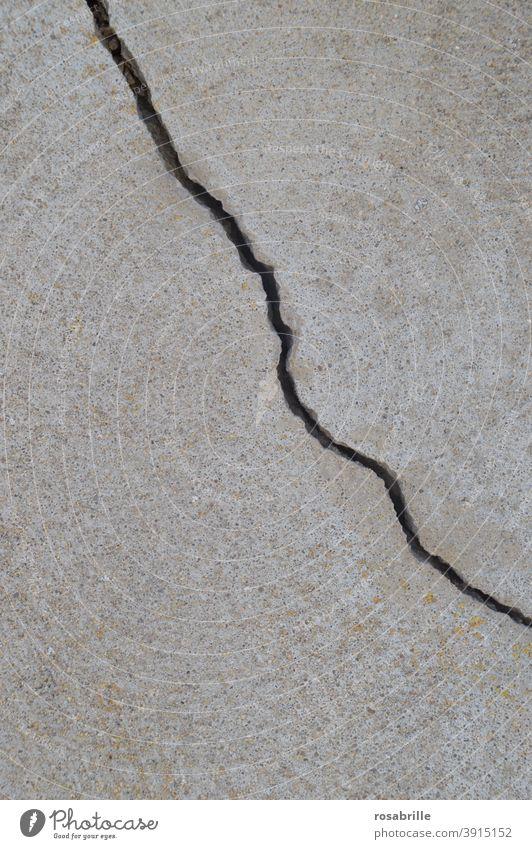 Zwischenräume | Riss in der Fassade kaputt aufreißen aufgerissen Hintergrund grau monochrom Erdbeben alt Last gebrochen Putz Statik zerstört zerfallen Zerfall