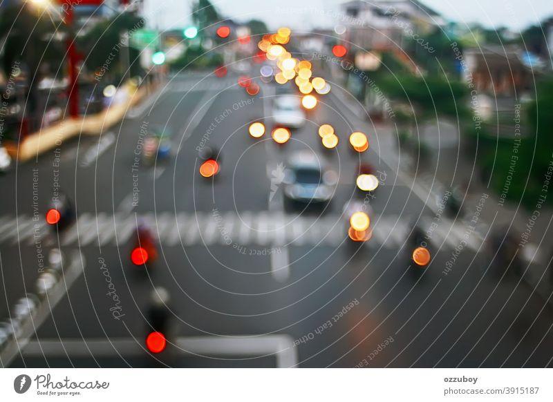 defokussierte Stadtstraße Ampel Hintergrund Licht Straße Verkehr PKW Fahrzeug Textfreiraum altehrwürdig Verkehrswege Stadtzentrum Straßenverkehr Stadtlicht