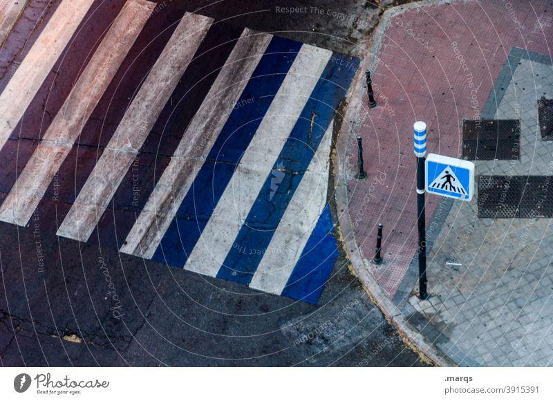 Spanischer Zebrastreifen Verkehrszeichen Vogelperspektive Straße Sicherheit Dämmerung Wege & Pfade Schilder & Markierungen Asphalt Fußweg Streifen blau weiß