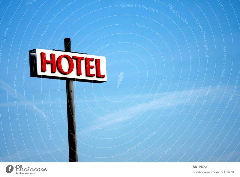 Hotel Hinweisschild Ferien & Urlaub & Reisen Tourismus Schilder & Markierungen Schriftzeichen Blauer Himmel rot Herberge Unterkunft Werbung Neonlicht