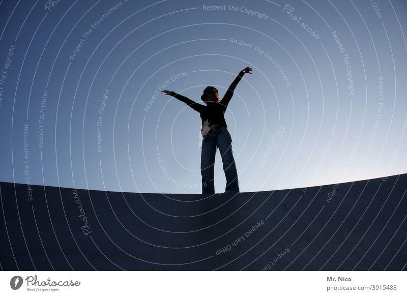 schwungvolle Silhouette Wolkenloser Himmel stehen Freude selbstbewußt Schatten Froschperspektive Kraft Erfolg Optimismus Zufriedenheit Lebensfreude