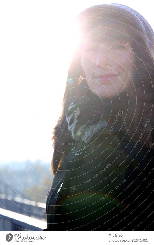 Frau an einem kalten Wintertag im Gegenlicht natürlich portrait feminin authentisch intensiv langhaarig Schönheit schön Zufriedenheit Identität Portrait