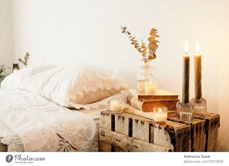 Rustikaler Nachttisch mit Büchern und Dekorationen Tisch rustikal Schlafzimmer altehrwürdig Boho sehr wenige hölzern altmodisch Innenbereich handgefertigt Buch