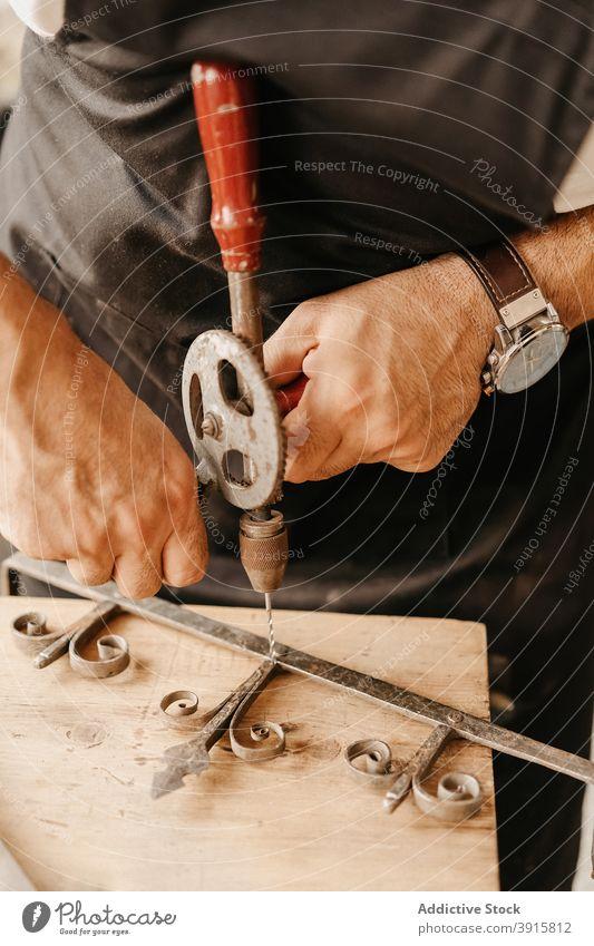 Schreiner bohrt Holzdetail an Werkbank Zimmerer bohren Werkzeug alt altehrwürdig Holzarbeiten kreieren Instrument Kunstgewerbler professionell Hand Arbeit