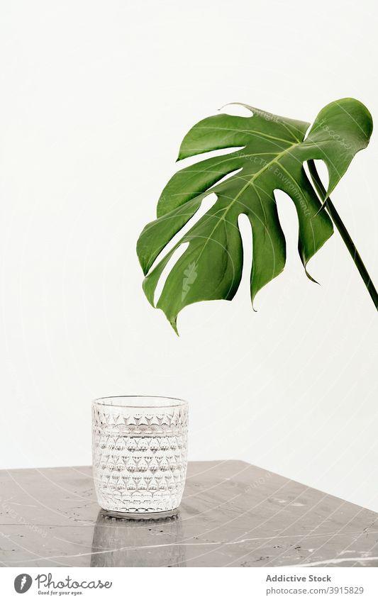 Glas Wasser auf Marmortisch frisch trinken Tisch Murmel Getränk Mineral natürlich satt übersichtlich liquide Durst Gesundheit Hydrat Erfrischung Sauberkeit rein