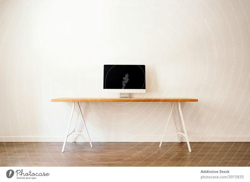 Minimalistischer Arbeitsplatz mit modernem Computer sehr wenige Tisch Innenbereich Möbel Schreibtisch einfach Stil Gerät Arbeitsbereich Apparatur Business