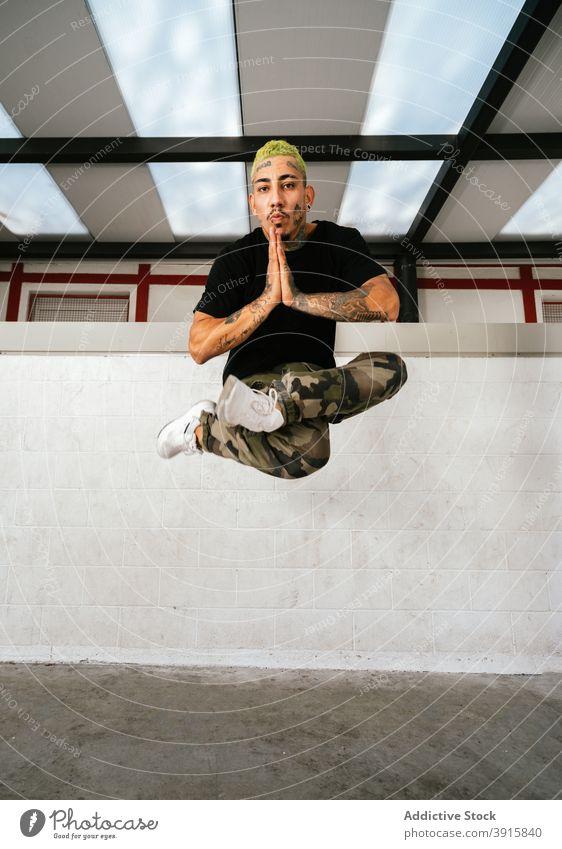 Energetische Breakdancer springen hoch Mann Sprung Energie sich[Akk] bewegen ausführen Fliege akrobatisch Stil jung männlich Aktivität Lifestyle Fähigkeit