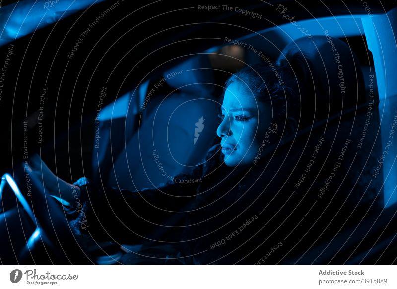 Weinende Frau beim Autofahren in der Nacht weinen unglücklich traurig PKW Laufwerk Problematik verärgert frustrieren Ärger enttäuschen verzweifelt jung Stress