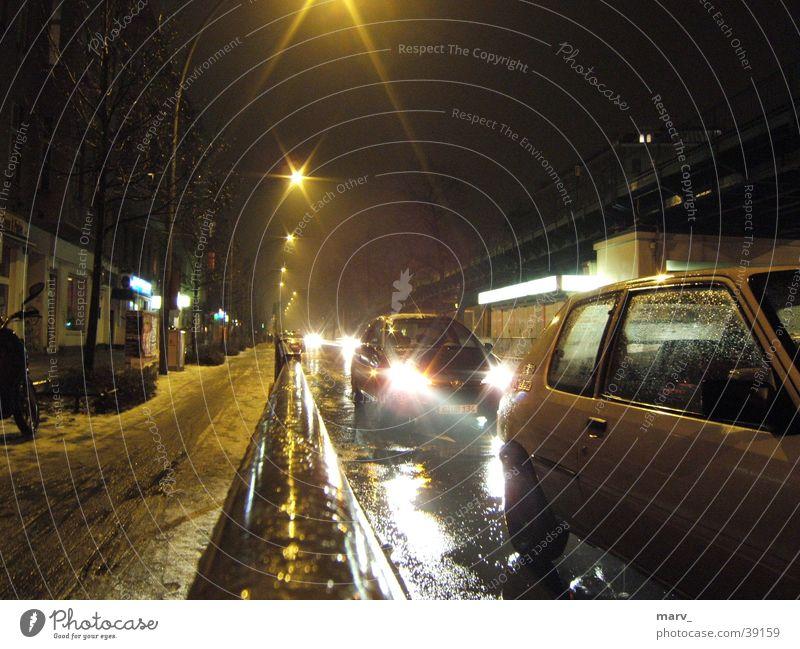Nach dem Schnee kommt Regen Straße Berlin PKW glänzend Nebel