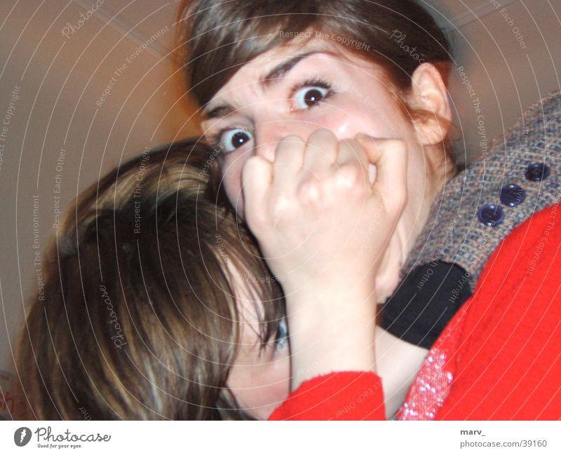 Schrecksekunden Frau Auge groß Umarmen Schrecken Faust
