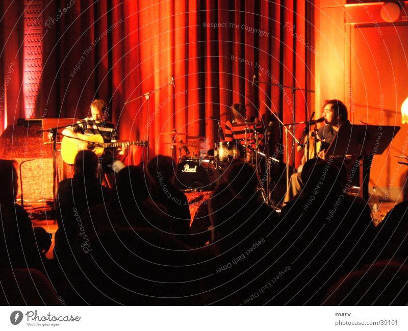 Akkustikkonzert Virginia Jetzt! Konzert Stimmung Menschengruppe Schnur Berlin Abend