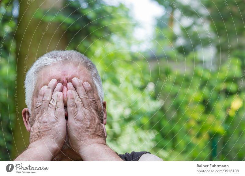 Nahaufnahme von einem Mann, der die Hände vor sein Gesicht hält Porträt Emotionen Gefühle Müdigkeit Angst anonym müde erschöpft Erschöpfung Mensch Erwachsene
