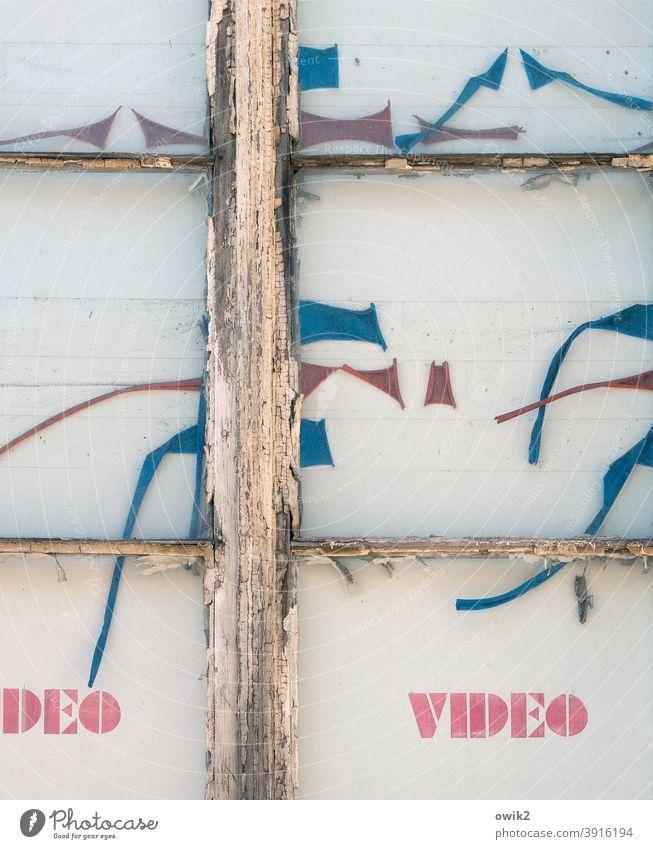 Deo Gratias Videothek Neunziger Jahre Werbeschild Gedeckte Farben lost places Strukturen & Formen Zeichen verschlissen vertrocknet Vergänglichkeit Farbrest