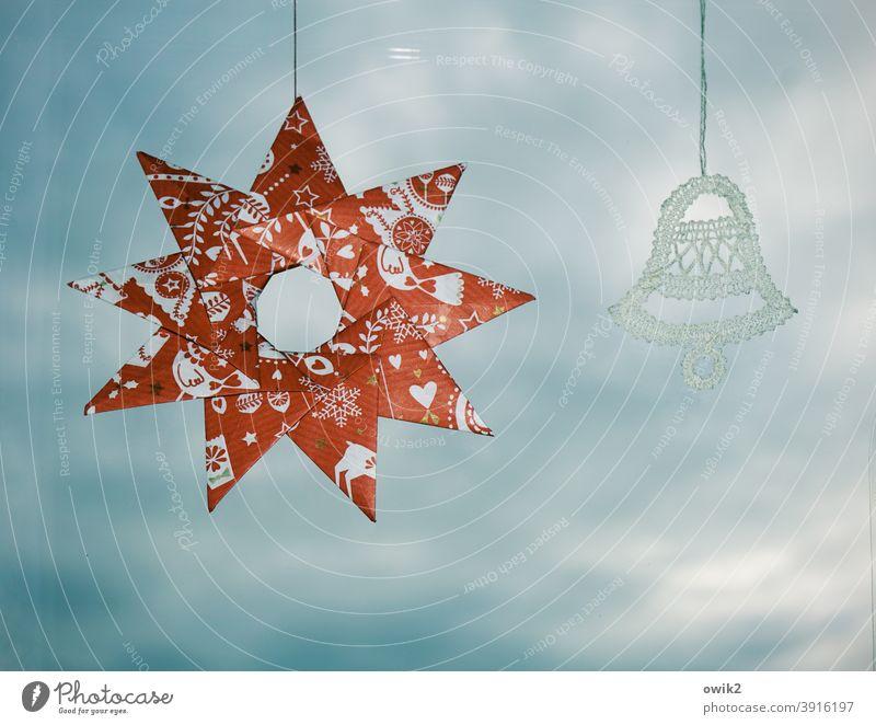 Am seidenen Faden Schmuck Dekoration & Verzierung Fensterscheibe Weihnachten & Advent paarweise 2 hängen Kunstwerk Farbfoto Papier Detailaufnahme Menschenleer