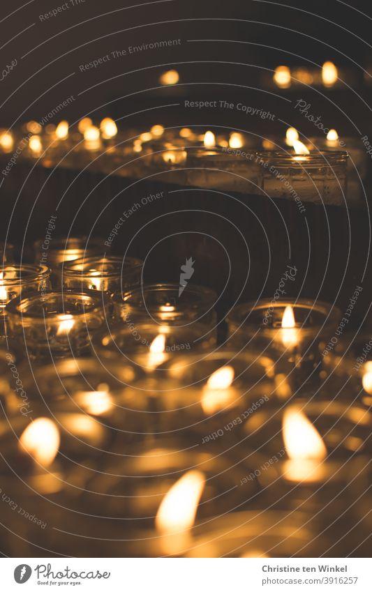 Opferkerzen. Opferlichter. Liebe. Glaube. Hoffnung. Trauer. Gedenken. Erinnerung. Kerzenaltar Religion & Glaube Kirche Kerzenschein Gebet Christentum Gott Tod