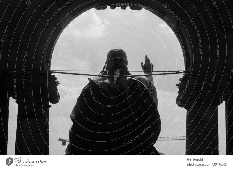 Der Mann- Statue- aus Berlin. Er hebt eine Hand zum Gruß. Denkmal Wolken Wahrzeichen Gegenlicht Außenaufnahme Sehenswürdigkeit Himmel Hauptstadt Menschenleer
