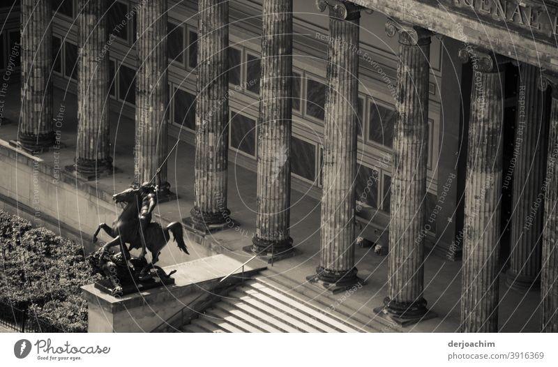 Blick vom Dom zum Alten Museum - Museumsinsel - . Die Reiter Statue  davor, Reitet mit gezücktem Schwert im Galopp,  zum Lustgarten. Mächtige Säulen sind im Hintergrund zu sehen.