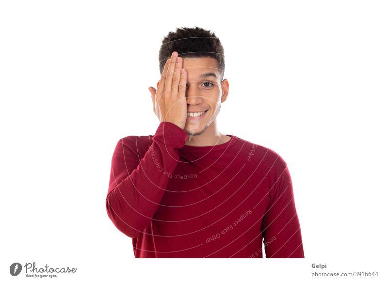 Lateinischer Typ mit kurzem Afro-Haar Person männlich rot Deckung Aussehen prüfen Kurzsichtigkeit Monitor Afrikanisch Mann jung vereinzelt Porträt Hintergrund