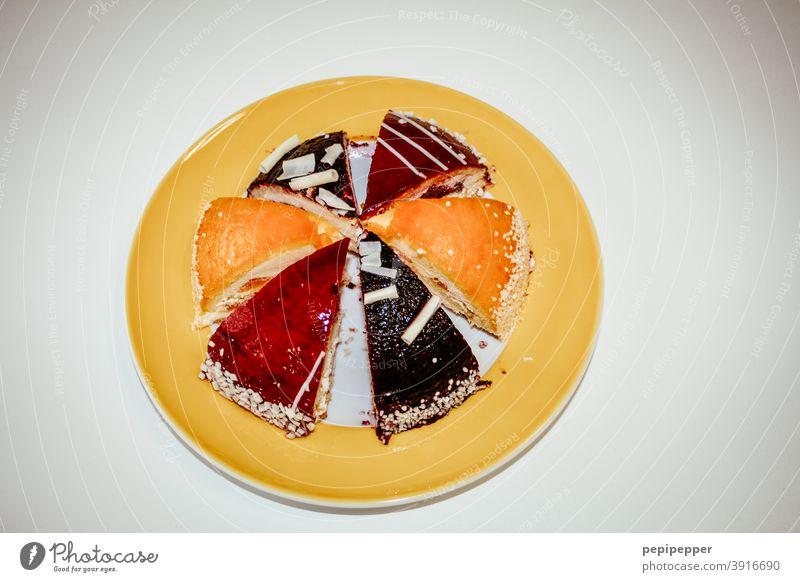 Tortendiagramm - Verschiedene Sorten Kuchen auf einem gelben Teller Kuchengabel Tortenstück Tortenplatte lecker Dessert süß Ernährung Lebensmittel Backwaren