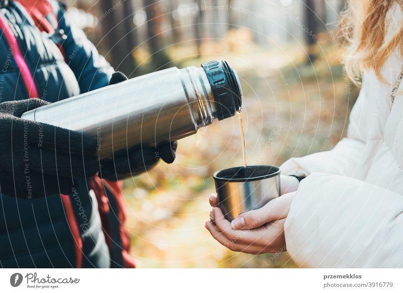 Frauen mit Pause trinken heißen Tee während der Reise im Herbst kalten Tag aktiv Aktivität Abenteuer Backpacker Kaffee Tasse Ausflugsziel genießen Erkundung