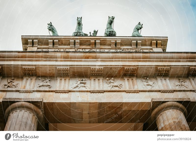 Brandenburger Tor Berlin Architektur Hauptstadt Deutschland Wahrzeichen Sehenswürdigkeit Denkmal Außenaufnahme Bauwerk Farbfoto Menschenleer Stadtzentrum