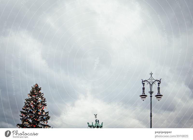 Dreierlei, Quadriga, Weihnachtsbaum, Laterne, Berlin Sehenswürdigkeit Brandenburger Tor Wahrzeichen Hauptstadt Architektur Deutschland Menschenleer Bauwerk