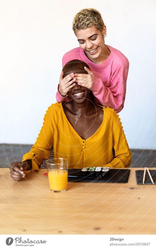 Mädchen machen emotionale Überraschung zu ihrem besten Freund Abdeckung Augen mit Händen. deckend Hand Frau Freundin Zusammengehörigkeitsgefühl Deckung