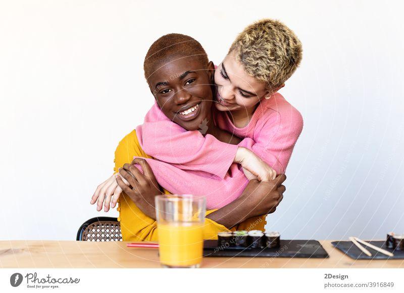 Porträt eines glücklichen multiethnischen homosexuellen Paares, das sich umarmt und lächelt lesbisch Glück Frau Homosexualität Partner Freundin Zusammensein