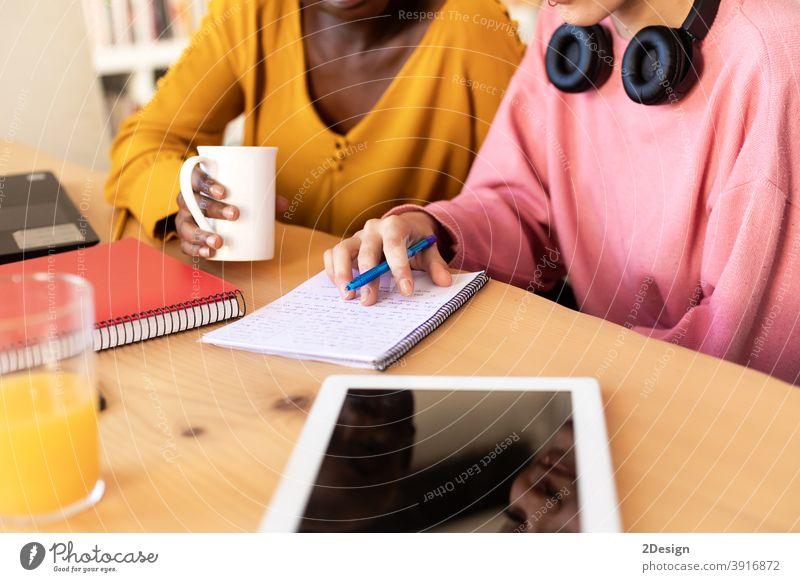Nahaufnahme von lässig lächelnden Start-up-Geschäftsfrauen im Gespräch bei der Kaffeepause Büro Frauen Sitzung arbeiten Fröhlichkeit Besprechung Business