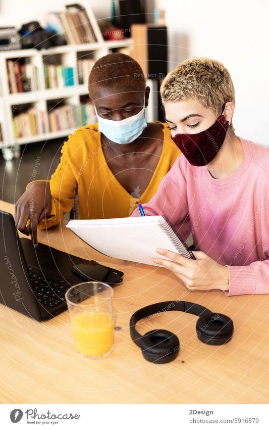 Geschäftsfrauen mit Schutzmaske, die einen Laptop benutzen Zusammengehörigkeitsgefühl Besprechung im Innenbereich Business Computer Homosexualität Coronavirus