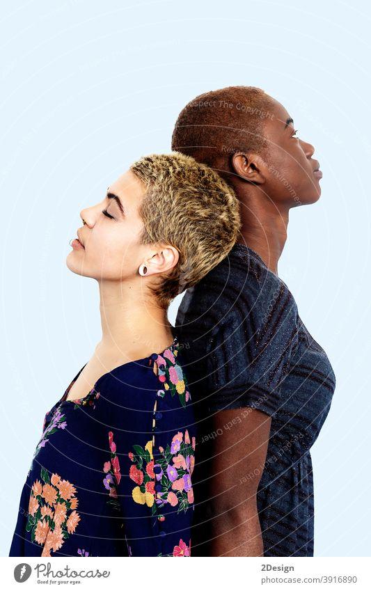 Zwei unterschiedliche Frauen stehen Rücken an Rücken im Studio Porträt jung 2 Freundin Zusammensein Afroamerikaner Verschiedenheit vielfältig Freundschaft