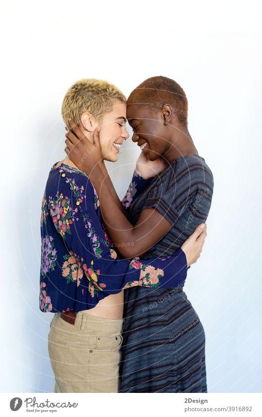 Close up Foto von einem lächelnden schönen jungen lesbischen Paar von Angesicht zu Angesicht im Studio Frau Liebe Zuneigung umarmend Nahaufnahme emotional