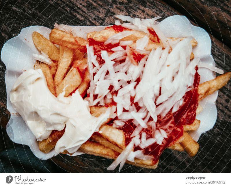 Pommes rot weis mit Zwiebeln Currywurst Fastfood Wurstwaren Lebensmittel Ernährung Farbfoto Essen Mittagessen Fleisch lecker Appetit & Hunger Fett ungesund
