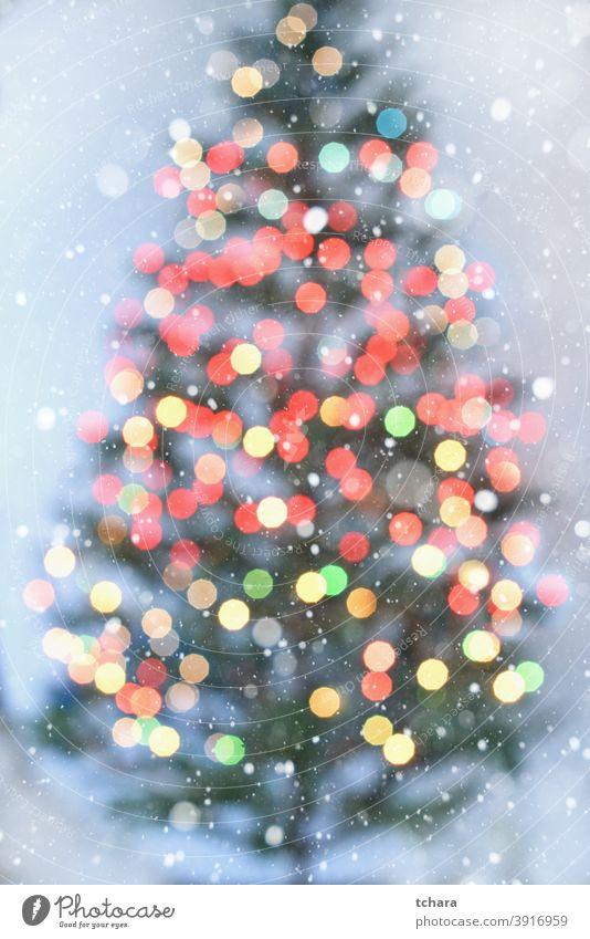 Unscharfe Weihnachtsbaum mit bunten Lichtern auf weißem Hintergrund Weihnachten Bokeh Feiertag abstrakt weihnachtsdekoration hell defokussiert Design Unschärfe